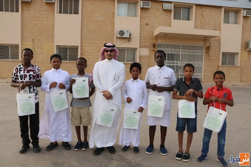 مكتب العمل بالتعاون مع أبناء دار التربية يوزع مظلات شمسية على العمالة