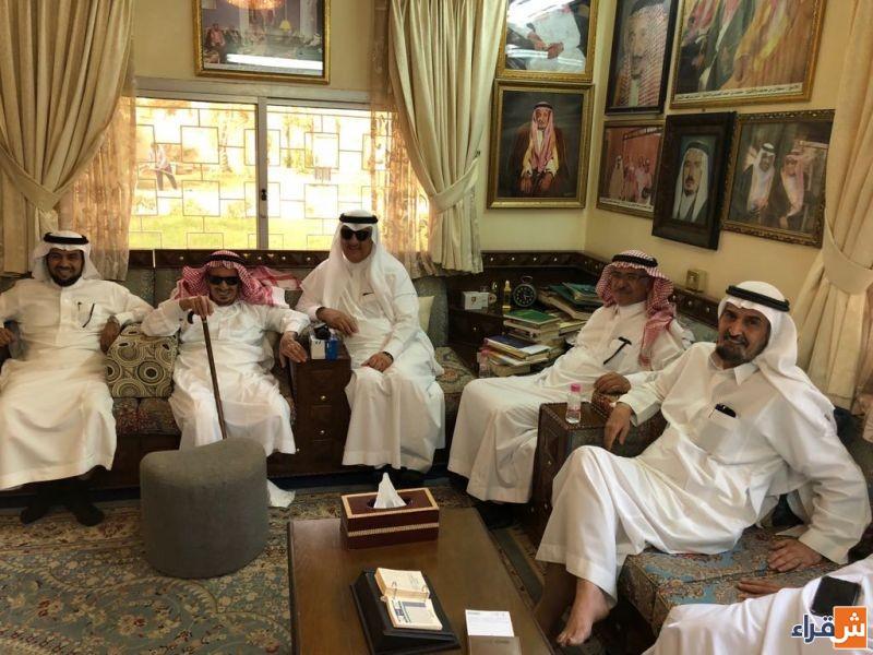 محافظ شقراء يزور الشيخ محمد بن حمد العيسى في منزله في الرياض