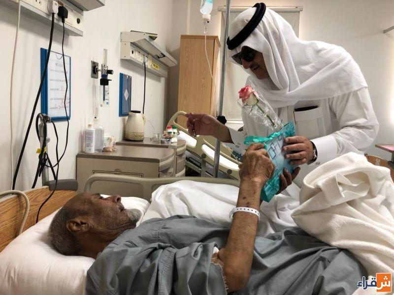 محافظ شقراء يعايد المرضى المنومين في المستشفى