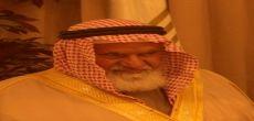 الشيخ عبدالله بن حمد  العماني على السرير الأبيض