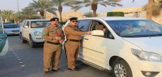 مرور شقراء يستقبل العام الدراسي بتوزيع الورود ونشرات السلامة المرورية