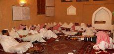 عدد من منسوبي جامعة شقراء  و إدارة تعليم شقراء في زيارة لمنزل الشيخ عبدالله بن زاحم بالقصب
