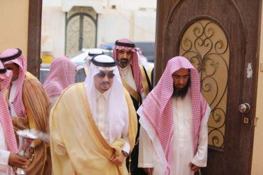 أمير الرياض يزور رئيس محكمة شقراء في منزله بحضور المشايخ