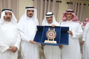 نادي الوشم يقدم عضوية الشرف الأولى للشيخ عبدالله القاسم