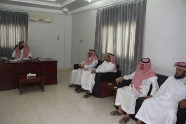 عدد من أعضاء لجنة الاحتفالات بأشيقر يقدمون التهنئة لرئيس مركز أشيقر