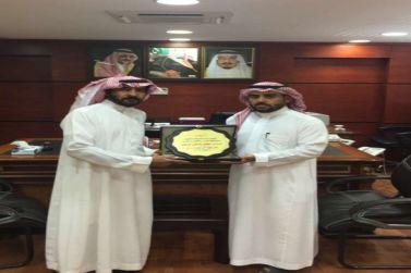مدير تعليم شقراء يكرم الإعلامي حسن المرجان
