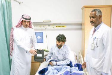 مدير مستشفى شقراء بالإنابة فيصل الصالح يعايد المرضى المنومين في المستشفى