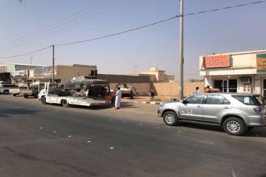 بتوصية المجلس البلدي وبتعاون البلدية والشرطة والمرور، تنظيف شوارع شقراء من السيارات التالفة