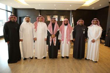 مدير الجامعة د. عوض الأسمري يستقبل وفداً من شركة الاتصالات السعودية