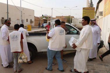 فريق إخاء التطوعي يشارك في توزيع السلة الغذائية لمستفيدي الجمعية الخيرية