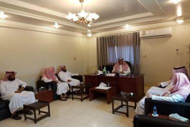 رئيس مركز أشيقر يستقبل ويهنئ الطالب فيصل المنيعي ووالده