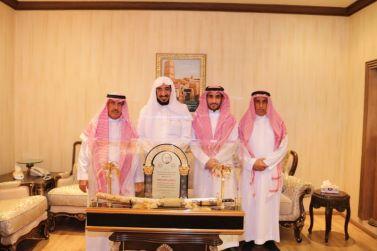 رئيس وأعضاء مجلس إدارة نادي الوشم يشكرون رئيس لجنة أوفياء الوشم الدكتور إبراهيم أبوعباة