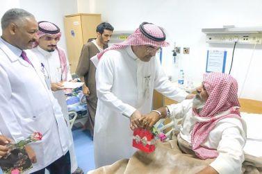 مدير مستشفى شقراء يعايد المرضى