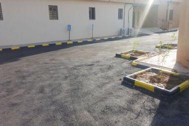 مؤسسة زيد الغربي تنهي معاناة مكتب الأحوال وتعيد سفلتة مواقف السيارات