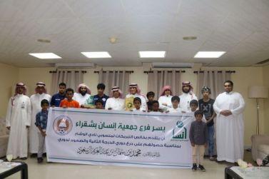أبناء جمعية انسان بشقراء يزورون نادي الوشم مهنئين بمناسبة حصولهم على الدرع والصعود