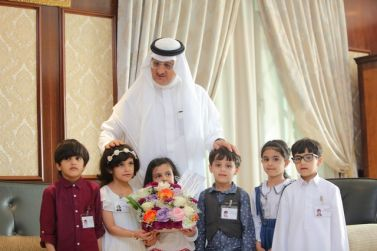 محافظ شقراء عادل بن عبد الله البواردي يستقبل عدد من اطفال الروضة الخامسة