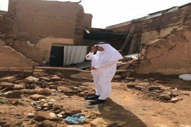 محافظ شقراء يتفقد المباني الطينية نتيجة هطول الأمطار ويلتقي المواطنين ويشيد بدور الديوانيات في البلدة القديمة