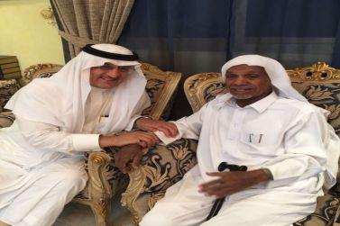 محافظ شقراء يزور الشيخ سليمان المرشد في منزله