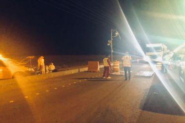 محافظ شقراء يتفقد عمل ميزان الشاحنات المتنقل ليلًا