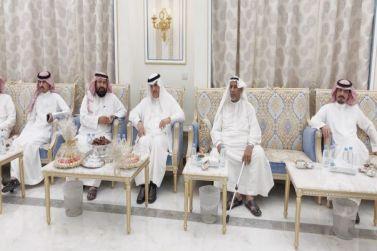سعادة المحافظ في زيارته لرجل الأعمال الشيخ هندي العايضي العصيمي .