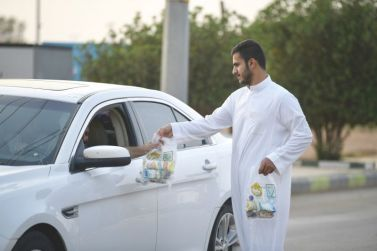 شباب أشيقر يوزعون الإفطار على المسافرين