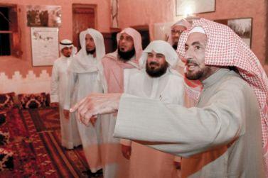 عدد من أعضاء هيئة التدريس بجامعة الإمام يزورون قصر الشيخ ابن زاحم التاريخي بالقصب