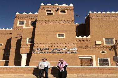 المهندس عبدالرحمن عبدالعزيز الفاضل مدير مصفاة أرامكو السعودية بالرياض يستضيف إثنين من الإخوة اليابانيين المسلمين في رحلة سياحية الى شقراء وأشيقر .