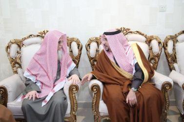 أمير القصيم يزور الشيخ منصور الجوفان ويلتقي بأسرة آل جوفان