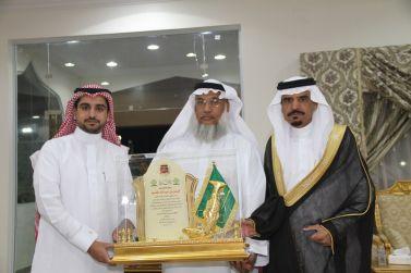 المجلس البلدي وبلدية القصب يكرمون الأستاذ/فيصل القاسم رئيس المجلس البلدي السابق