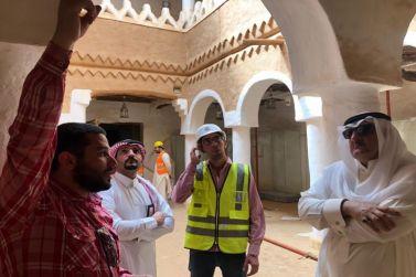 محافظ شقراء يتفقد أعمال الترميم في قصر السبيعي التاريخي