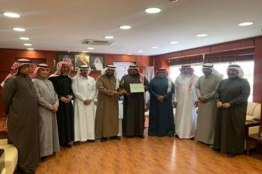 مدير تعليم شقراء يدشن جائزة الموظف المتميز الشهرية التي ينضمها (مركز التميز)