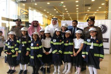 """محافظ شقراء يفتتح معرض """"السلامة أولًا"""" في البساتين مول بمناسبة اليوم العالمي للدفاع المدني"""