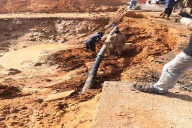 في شقراء.. تمديدات شبكة المياه داخل أرض سكنية