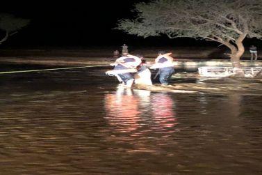 الدفاع المدني بشقراء ينقذ ثلاثة أشخاص جرفهم السيل