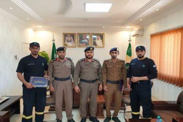 مدير الدفاع المدني بشقراء يكرم أفراد الإنقاذ