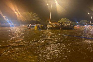 محافظ شقراء يقف على عملية نزح مياه الأمطار من الشوارع والميادين